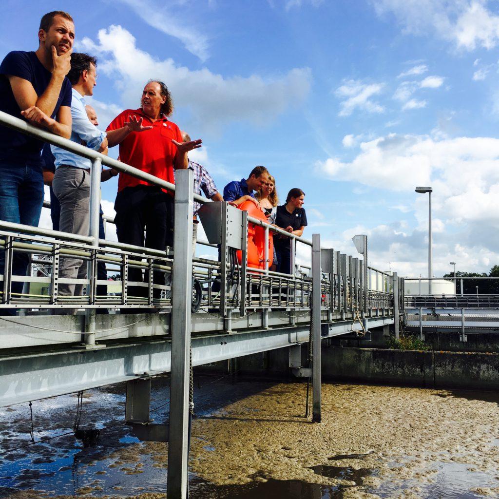 Operator Gijs legt uit over de afvalwaterzuivering Apeldoorn