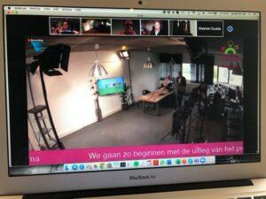 De studio met boven in beeld een aantal inwoners op het platform